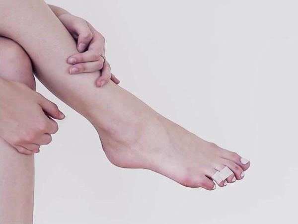 Băng dính y tế là một giải pháp hữu hiệu giúp bạn không còn đau chân khi đi giày cao gót.